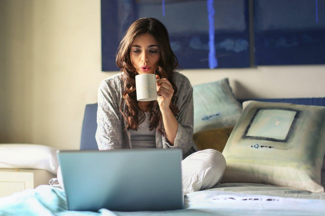 žena káva notebook
