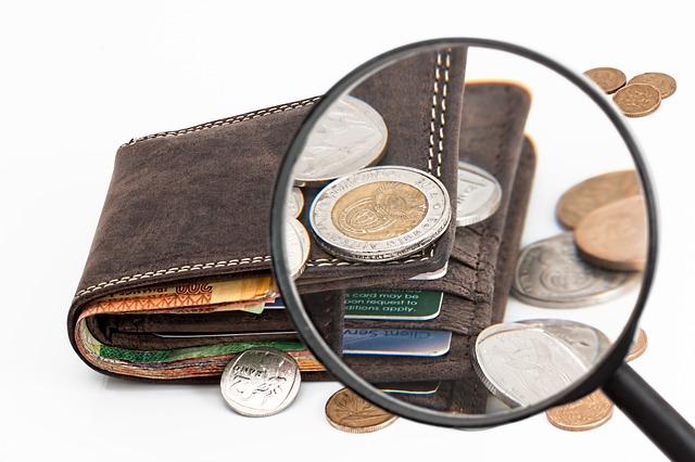peněženka, kreditní karta a peníze.jpg