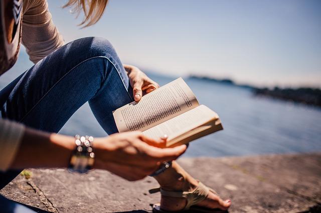 čtení u jezera.jpg